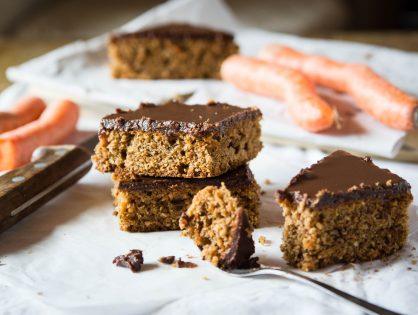 Karotten-Nuss-Blechkuchen mit Schokoladeglasur