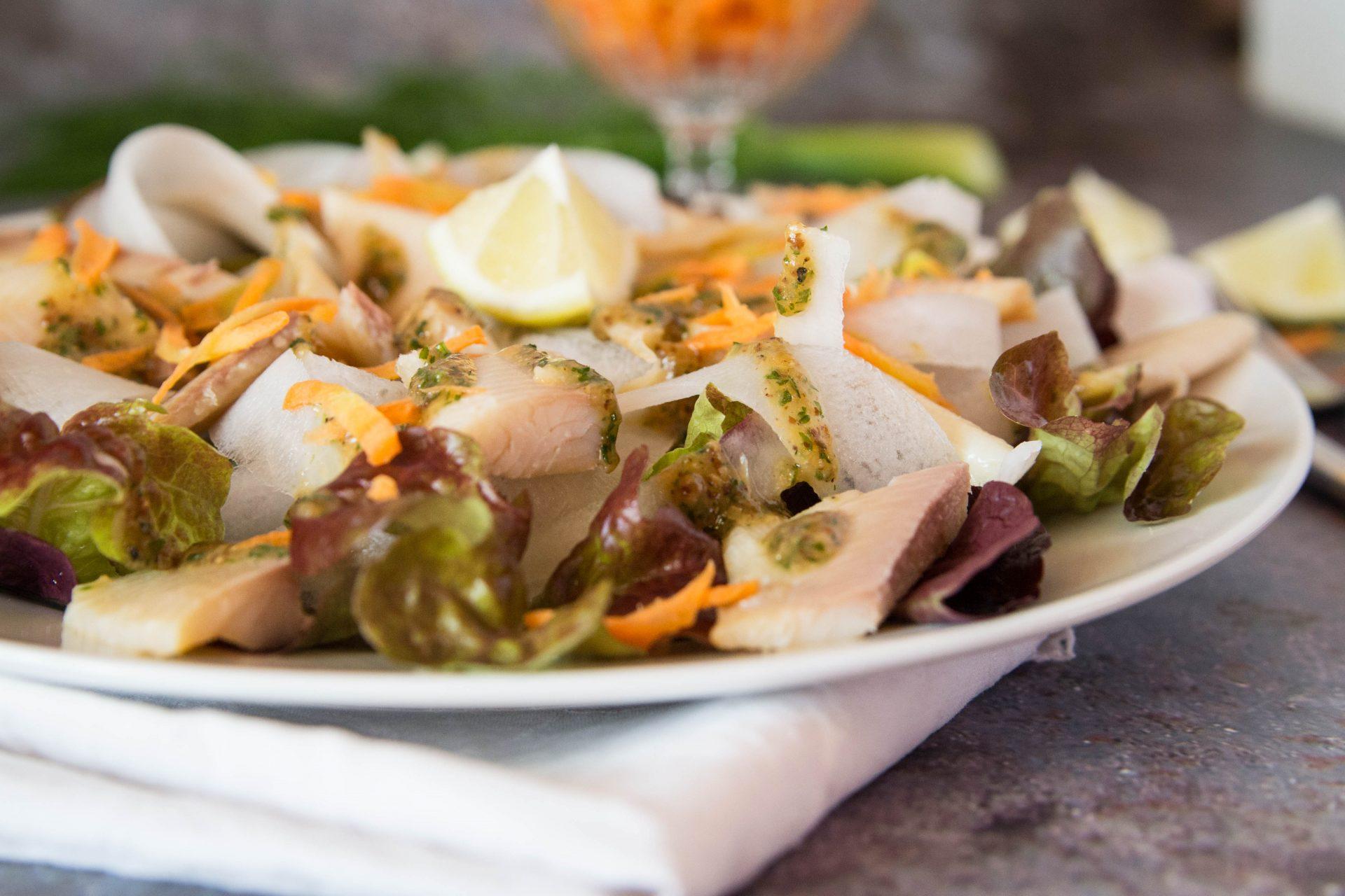 Geräuchertes Forellenfilet auf Blattsalat und Bierrettich mit Senfdressing