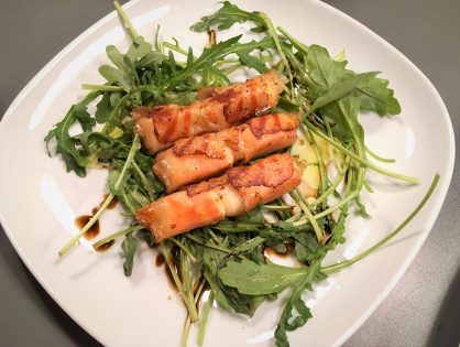 Gebratener Feta im Speckmantel auf Rucola-Salat
