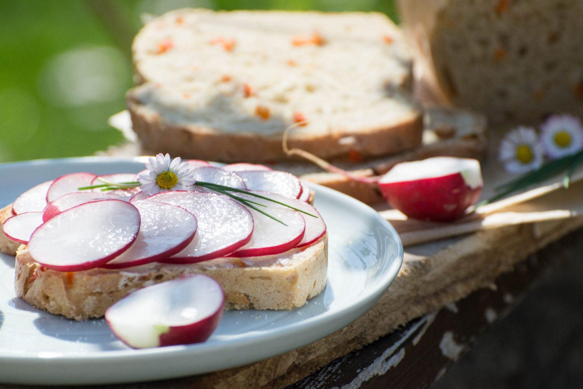 Karotten-Brot mit Butter und Radieschen