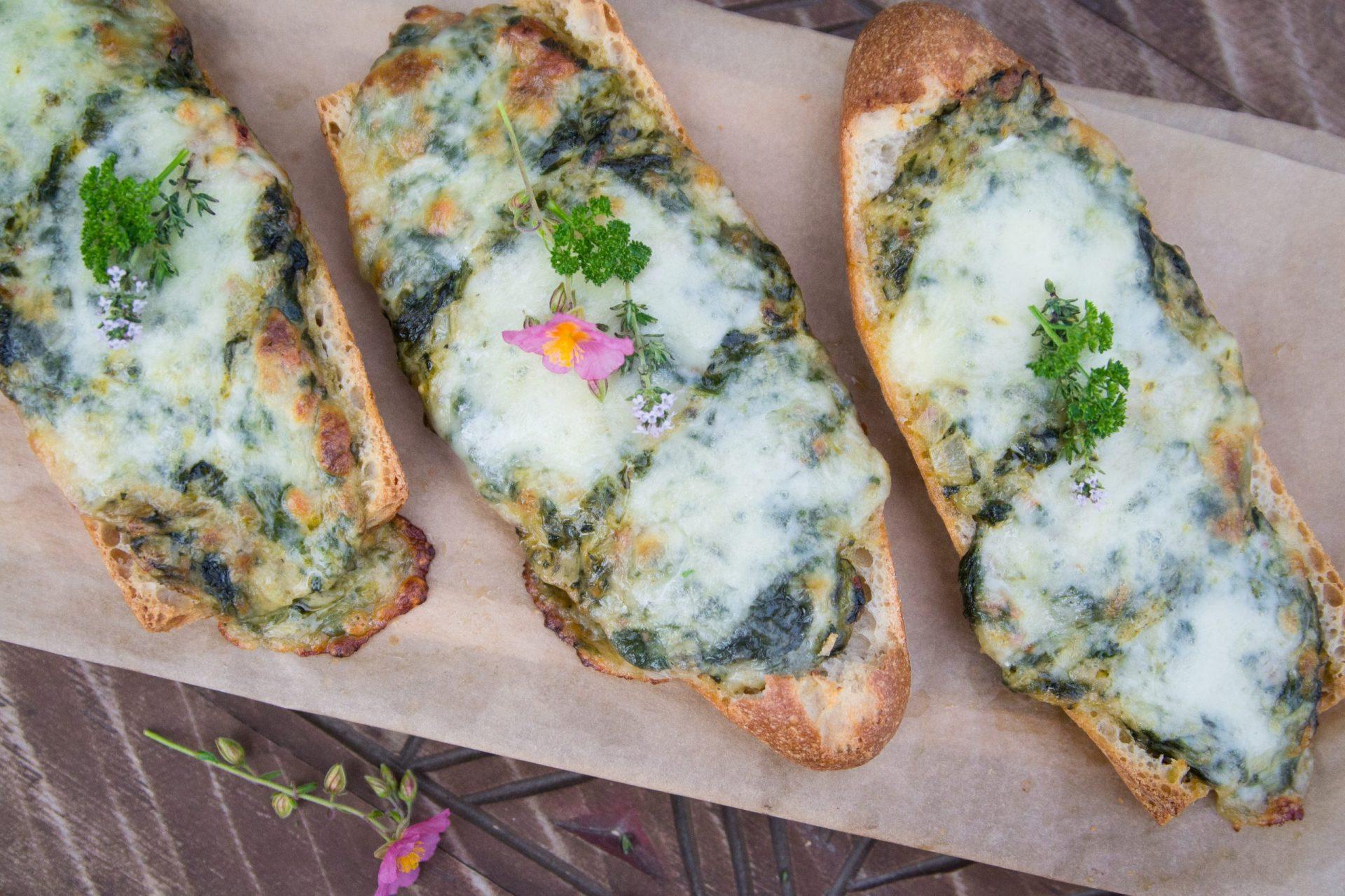 Gefülltes Baguette mit Blattspinat und Käse