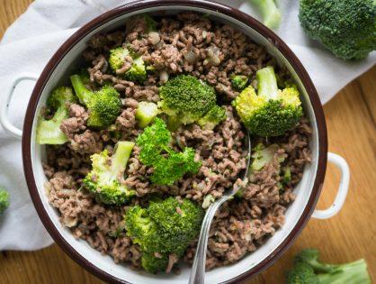 Rinder-Faschiertes mit Broccoli und grünem Pfeffer