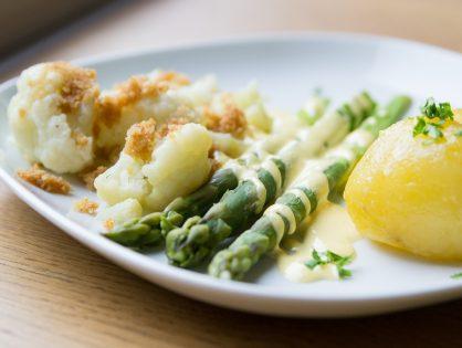 Karfiol und grüner Spargel mit Sauce Hollandaise und Butterbrösel