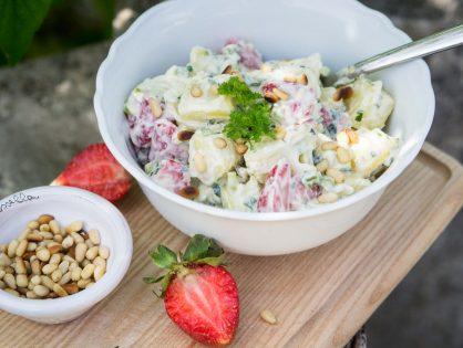 Frühkartoffel-Salat mit Erdbeeren und jungem Lauch