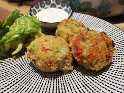 Karfiol-Kartoffel-Bällchen mit Käse und Sesam