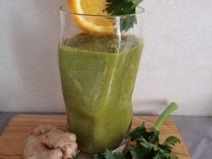 Grüner Smoothie aus Sellerieblättern, Karotten, Orangen, Apfel und Ingwer