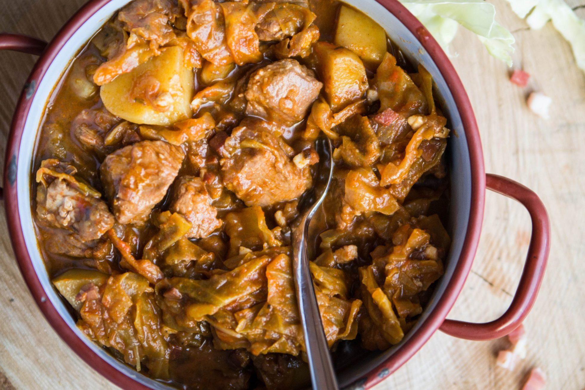 Eintopf mit Weißkraut, Schweinefleisch und Kartoffeln