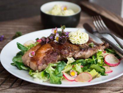 Rumpsteaks mit Wildkräuterbutter auf lauwarmem Salat