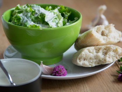 Salat mit Knoblauch-Joghurt-Dressing