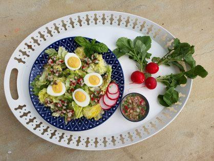 Gefüllte Eier auf Blattsalat mit Radieschen-Vinaigrette
