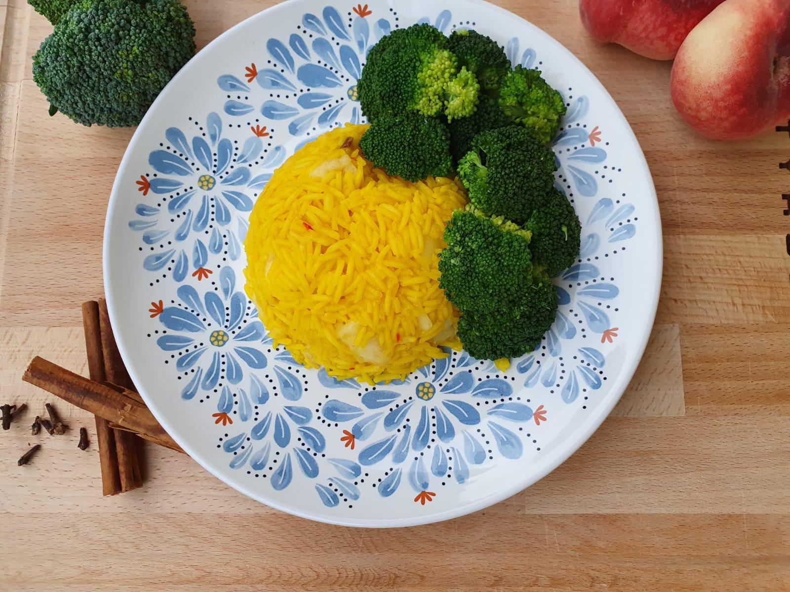 Safran-Reis mit Broccoli und Pfirsich
