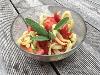 Lauwarmer Tomatensalat mit gebratenen Fenchelstreifen