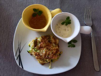 Zucchini-Kohlrabi-Rösti mit Joghurt-Dip und scharfem Marillen-Dip