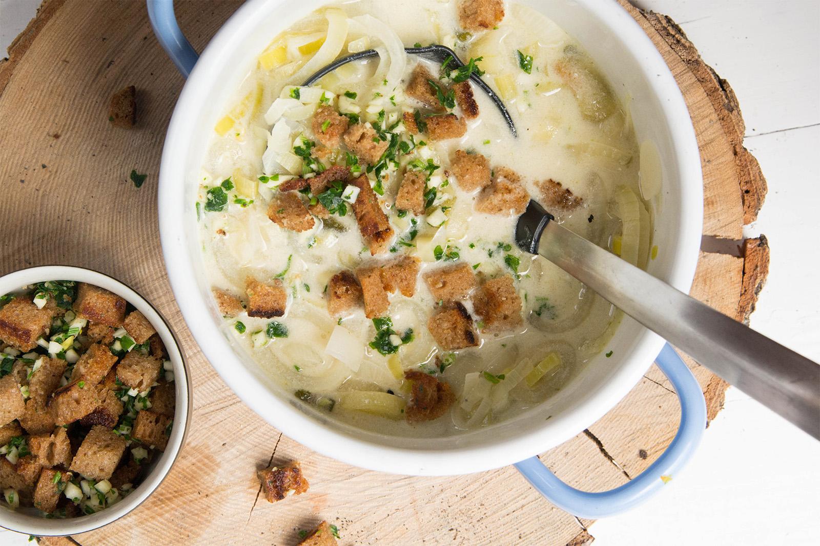 Lauch-Zwiebel-Suppe mit gerösteten Schwarzbrotwürfel