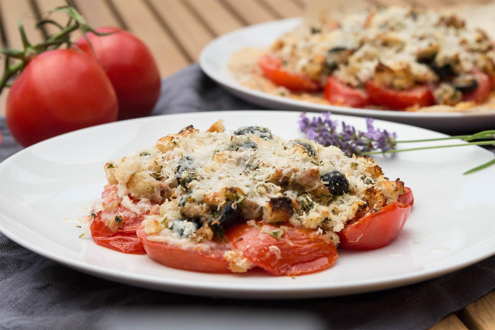 Tomaten aus dem Ofen, mit Thunfisch, Oliven und Parmesan
