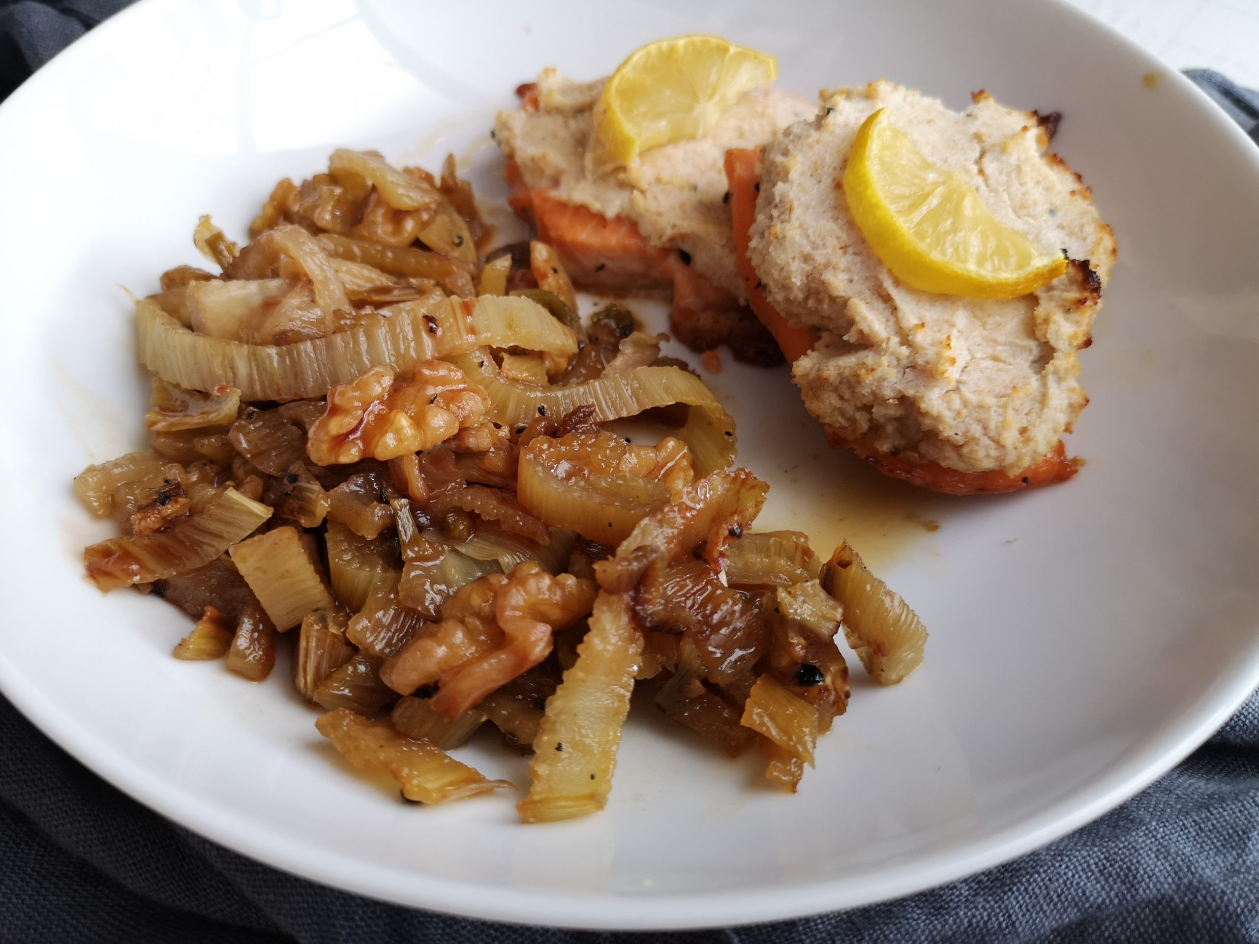 Lachsfilet mit Ziegenkäse-Haube zu gebratenem Fenchel mit Honig-Nüssen