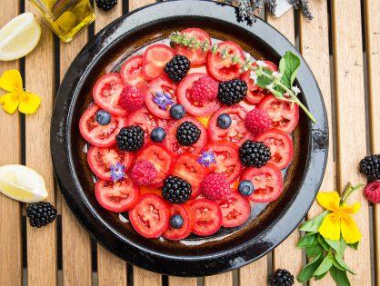 Tomaten-Beeren-Salat mit Zitronen- oder Lavendelblüten-Öl
