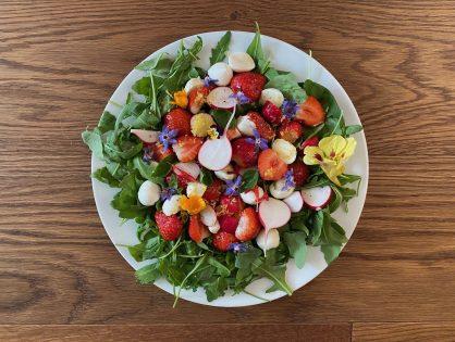 Radieschen-Beeren-Salat mit Orangen-Senf-Dressing