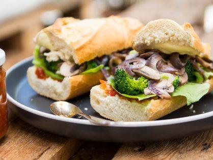Knuspriges Baguette mit Broccoli, Mozzarella und Tomaten-Chutney