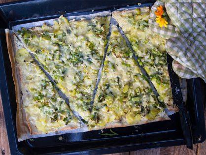 Flammkuchen mit Kartoffeln, Käse und Lauch